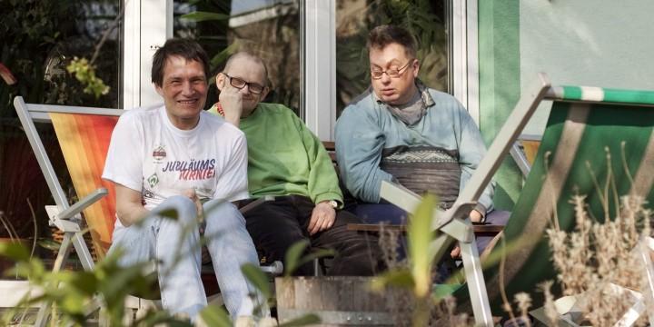 Klienten auf der Terrasse im Wohnhaus Franzosenweg