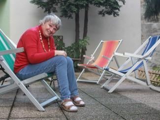 Frau Petutschnig ruht sich auf der Terrasse aus