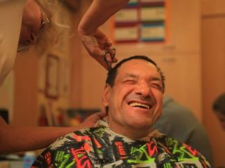 Herr Scherr bekommt einen neuen Haarschnitt.