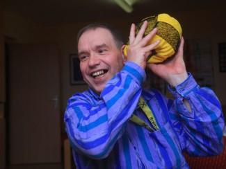 Herr Zimprich beim Ballspielen.