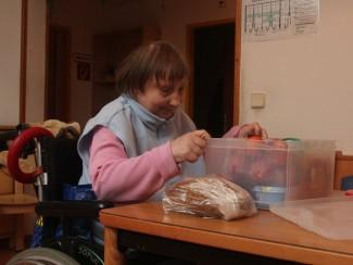 Frau Bazelt hilft bei den Vorbereitungen für's Abendessen