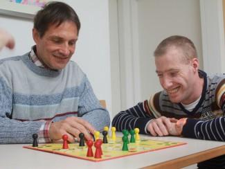 Im Wohnhaus wird oft gespielt, wie hier Herr Müller und Herr Bumba