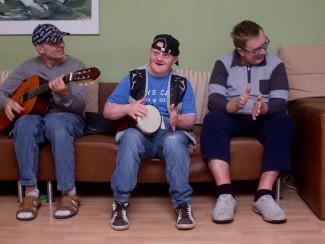 Auch Hausmusik ist beliebt, Herr Neidhart und Herr Pesenhofer musizieren zur Gitarre