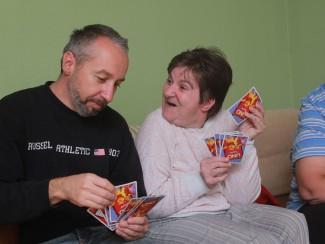 Herr Gutmann und Frau Kralovec beim Kartenspielen
