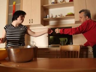 Amanda Taha und Richard Kren helfen beim Kochen