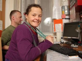 Der Computer ist Anziehungspunkt für Sonja Schmal