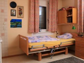 Eine Wohnung mit Pflegebett
