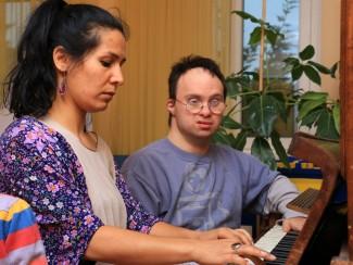 Wolfgang Weber und Musiktherapeutin Uldoz beim Klavierspielen