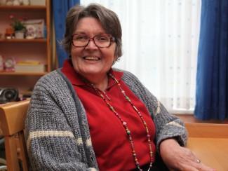 Frau Burgmüller genießt ihr Leben im Wohnhaus