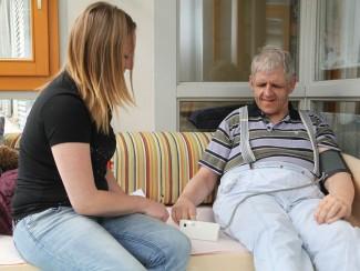 Herr Lenker beim täglichen Blutdruckmessen