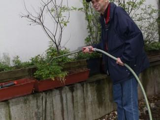 Herr Tempfer hilft gerne im Garten