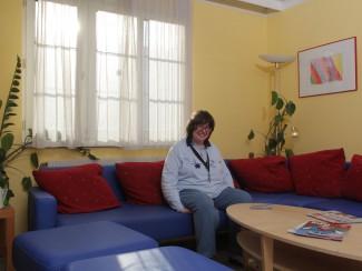Frau Steindl sieht gerne fern auf der gemütlichen Sitzecke