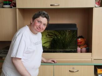 Frau Prinz liebt das Aquarium im Wohnzimmer