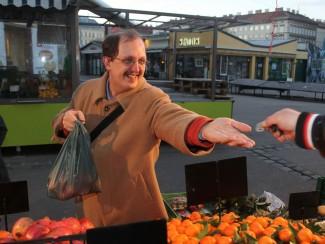 Herr Huger erledigt Einkäufe am Brunnenmarkt