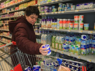 Frau Brunotte beim Einkaufen für das Wohnhaus