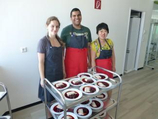 Unsere Kochgruppe im 2. Stock belieferte uns zum Einstand mit Köstlichkeiten. DANKE!