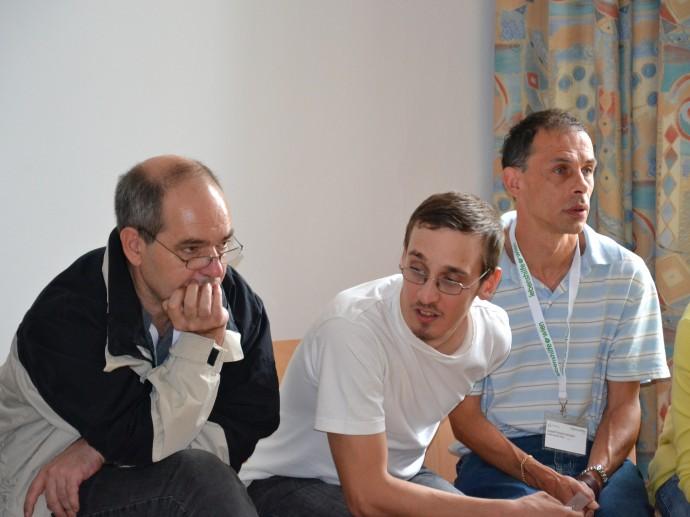 Teilnehmer arbeiten aufmerksam mit