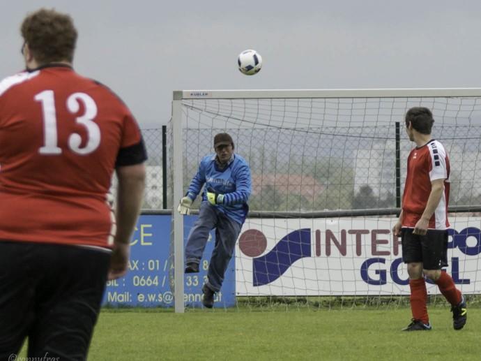 Tormann Ivo Jurkic wirft sich dem Ball mutig entgegen