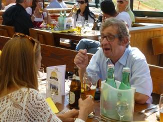 Arie Weiss in angeregtem Gespräch mit seiner jungen Tischnachbarin
