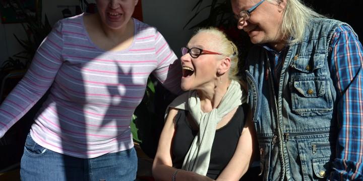 Barbara Schmidt (links) und Michael Groissmayer (rechts) schätzen Brigitte Balek
