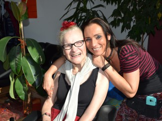 Die Künstlerin mit ihrer Betreuerin Martina Sitzwohl
