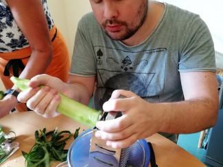 Gurken reiben für das Tsatsiki