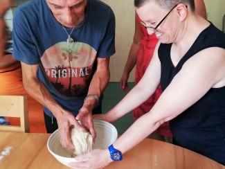 Teig kneten für das Brot