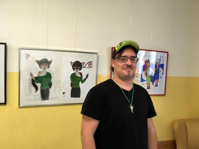 Stolz präsentiert Herr Supalek seine Zeichnungen