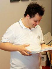 Lucas Albiez freut sich über die Buch-Lieferung