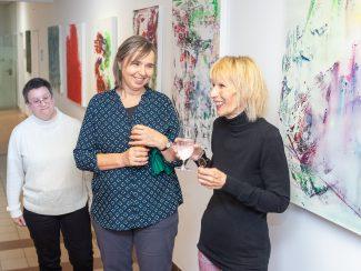 Renate Grallinger (links) und Steffi Damm (Mitte) inmitten der Kunstwerke