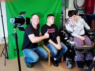 Projektleiter Ernst Spiessberger mit den neuen Medienschülern David Ha und Sandy Ratz