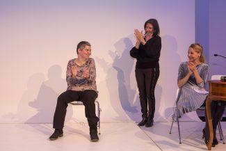 Sandra Holzreiter, eine der HauptpreisträgerInnen, rechts von ihr Frau Zeller, Gebärdendolmetscherin und Schauspielerin Chris Pichler