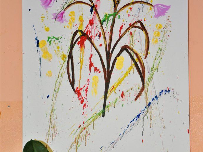 Yalda's Zeichung ziert die Wand in der Kunstgruppe