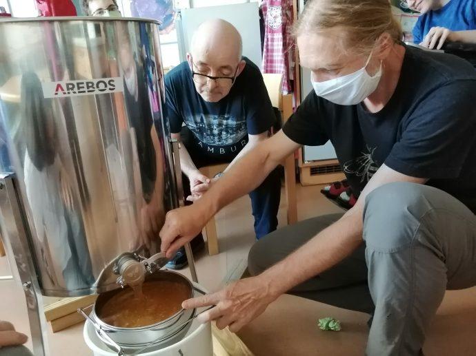 Premiere: Das erste Mal Honigabfüllen stößt auf großes Interesse