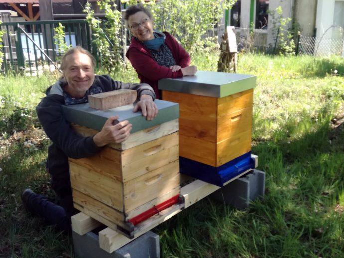 Robert Jez und Magdalena Hiessmanseder sind stolz auf die Bienenvölker im Garten der Werkstatt